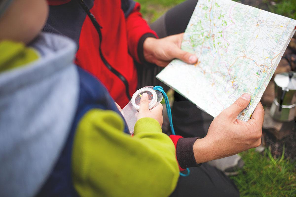 Escursionismo, orientiring con bussola e cartina